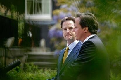 El viceprimer ministro británico, Nick Clegg, sigue la intervención del primer ministro Cameron, en los jardines de Downing Street.
