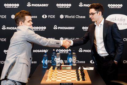 Magnus Carlsen y Fabiano Caruana se saludan al inicio de la 2ª partida del Mundial, este sábado en Londres