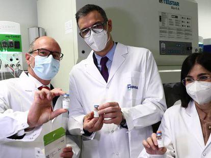 Desde la izquierda, David Nogareda, presidente de Hipra; Pedro Sánchez, presidente del Gobierno, y Carolina Darias, ministra de Sanidad, en una visita a la fábrica de la empresa en abril.