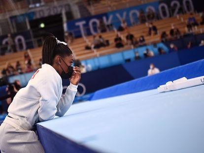 La gimnasta estadounidense Simone Biles asiste a la final del equipo femenino de gimnasia artística durante los Juegos Olímpicos 2020 en el Centro de Gimnasia Ariake en Tokio el 27 de julio de 2021.