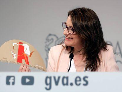 La portavoz del Consell, Mónica Oltra, con un abanico de las Fogueres de Alicante.