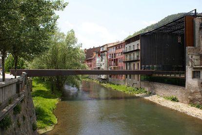 Una vista de la plaza-puente creada en Ripoll por los arquitectos RCR y Joan Puigcorbé.