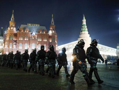Antidisturbios rusos patrullan en la Plaza Roja de Moscú, el martes por la noche.