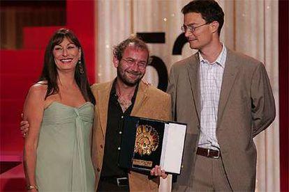 De izquierda a derecha, Anjelica Huston, el director Bohdan Slámay el productor John Riley.