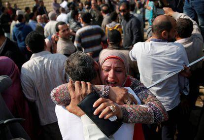 Familiares celebran la liberación de detenidos por protestas, en Egipto.