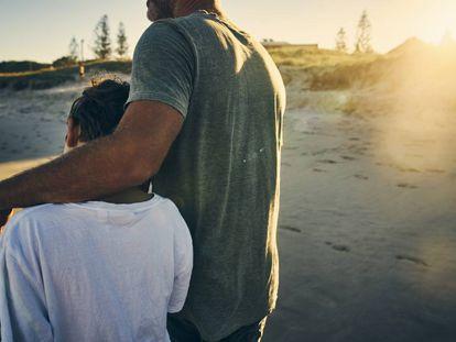 Un padre se abraza a su hijo.