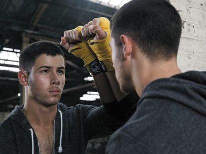 Nick Jonas en una escena de la serie de DirecTV.