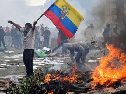 La reunión se producirá este domingo a las tres de la tarde, 24 horas después de que el presidente decretara la militarización de Quito