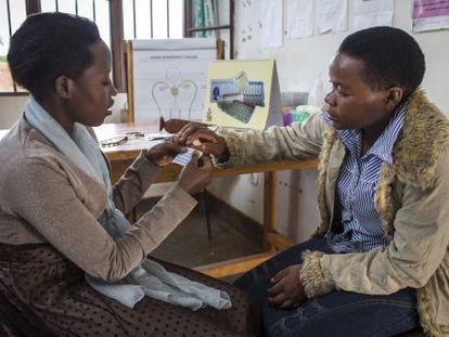 Dos usuarias debaten sobre anticonceptivos en el centro de planificación familiar de Rubona (Ruanda).