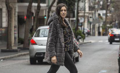 Ariana Harwicz en las calles de Buenos Aires.