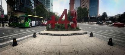 El antimonumento para recordar a los 43 estudiantes desaparecidos de Ayotzinapa sobre la avenida Paseo de la Reforma.