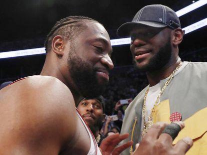 Wade, tras su último partido en la NBA, habla con LeBron.