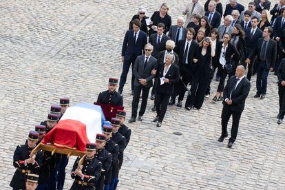 Los hijos y nietos de Jean-Paul Belmondo desfilan tras el ataúd con los restos del actor.