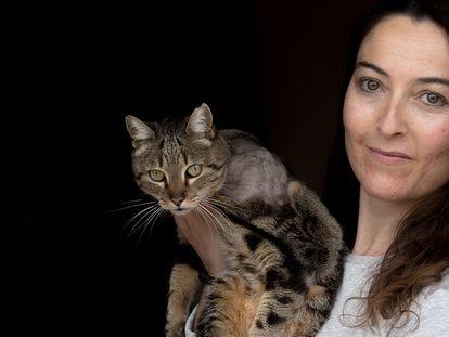 Olga Mormeneo  posa con 'Baby' que apareció tiroteada en la puerta de su casa en Valdemorillo.