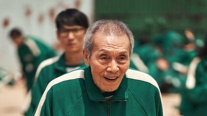 El actor Oh Young Soo, en una escena de la serie 'El juego del calamar', donde interpreta al jugador número 1.