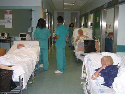 Las camas con enfermos, en los pasillos del hospital 12 de Octubre.