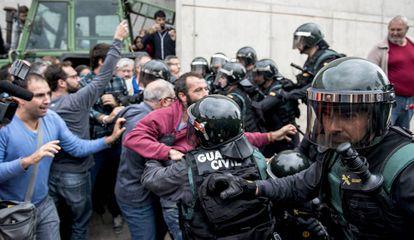 La Guardia Civil irrumpe en el pabellón deportivo de Sant Julià de Ramis para evitar la votación el 1 de octubre.