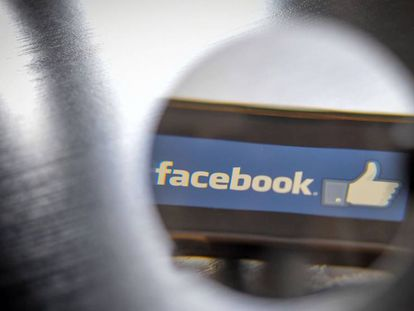 Logotipo de Facebook, desplegado en la pantalla de un móvil.