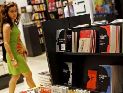 Estante de la Casa del Llibre de Rambla de Catalunya, con libros de Salvador Espriu.