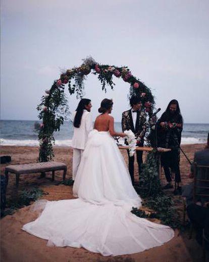 Dulceida y Alba Paul, en su boda, oficiada por Javier Calvo y el cantante Carlos Sadness y celebrada en septiembre de 2016 en Sitges.