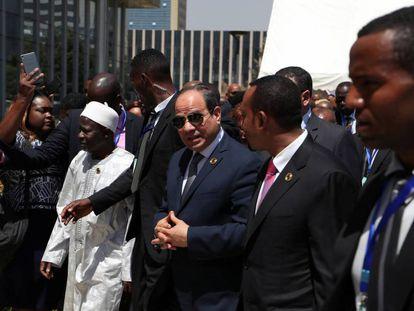 Al Sisi, en el centro de la imagen, junto al primer ministro etíope, Abiy Ahmed, segundo por la derecha, este domingo.