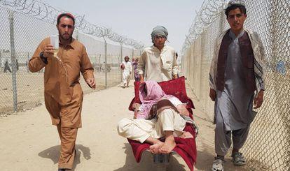 Ciudadanos afganos cruzan la frontera de Chaman, entre Pakistán y Afganistán, este martes.