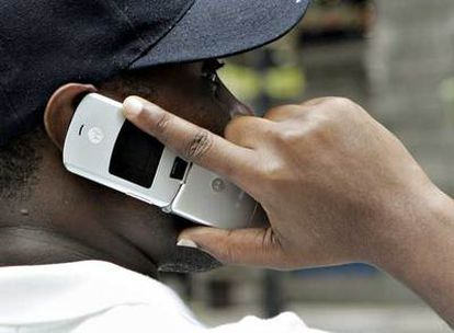 Un cliente utiliza un móvil de  Motorola, en Chicago, Illinois.