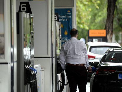 Un hombre echa combustible a su coche en una gasolinera de Madrid, el año pasado.