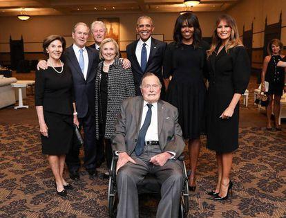El viudo George H. W. Bush con todos sus sucesores en el cargo acompañados de sus mujeres y la actual primera dama.