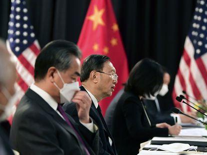 El consejero de Estado chino, Yang Jiechi, durante la reunión de las delegaciones diplomáticas de EE UU y China en Anchorage (Alaska).