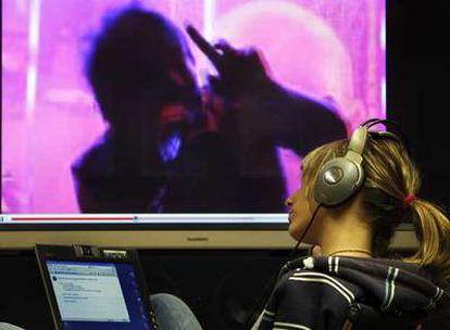 Una joven escucha gratis un disco de Radiohead descargado a través de Internet.