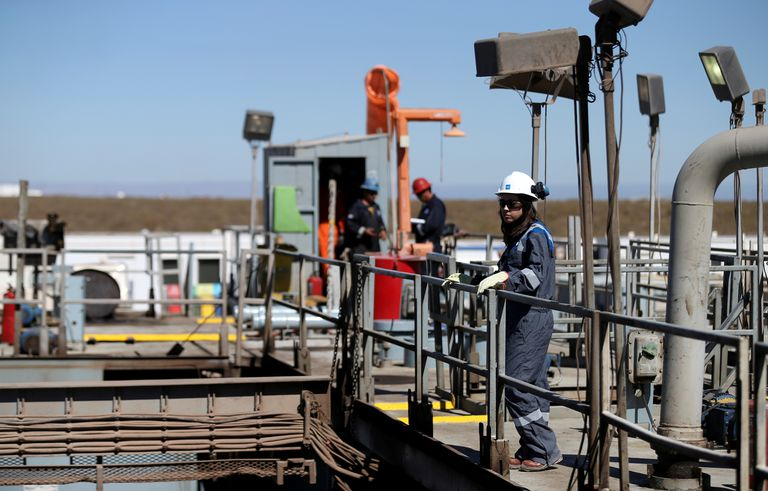 Varios operarios de una plataforma de extracción de crudo situada en el yacimiento argentino de Vaca Muerta, el año pasado.