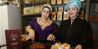 Mostrador del restaurante Caravasar de Qurtuba con comida halal en Córdoba.