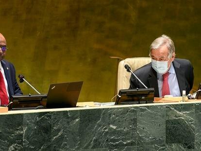 António Guterres contempla cómo el nuevo presidente de la Asamblea General de la ONU marca el inicio de las sesiones, este martes en Nueva York.