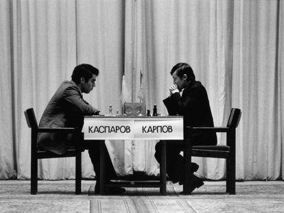 Kaspárov y Kárpov, durante la penúltima partida del duelo en el teatro Chaikovski de Moscú, el 9 de noviembre de 1985.