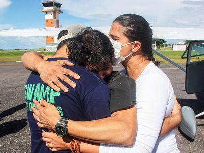 Antonio Sena es recibido por familiares y amigos tras su milagroso rescate, a principios de marzo.
