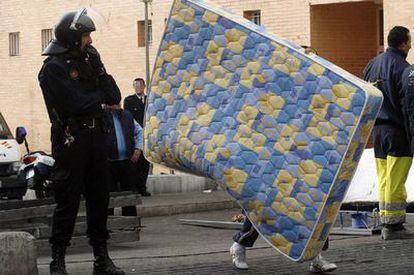 La policía vigila el desalojo de una familia de una vivienda en el barrio Virgen del Carmen de Alicante.
