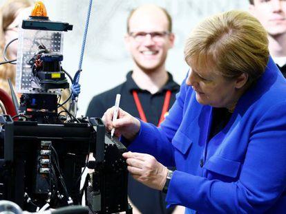Angela Merkel firma un robot de rescate en una demostración en la Universidad de Darmstadt (Alemania).