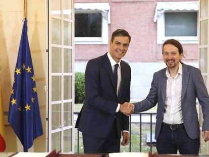 El presidente del Gobierno, Pedro Sánchez, y el líder de Podemos, Pablo Iglesias, el pasado octubre, tras la firma del pacto presupuestario.
