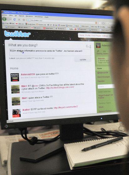 Un usuario consulta la página 'web' de la red social Twitter.
