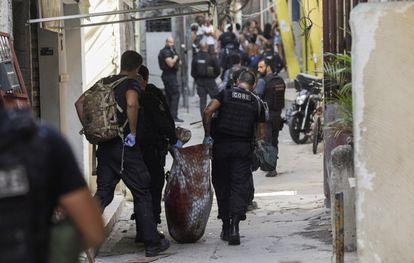 Policías brasileños cargan un cuerpo tras el asalto a la favela Jacarezinho, en Río de Janeiro, este 6 de mayo.