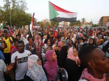 Manifestantes sudaneses celebran el acuerdo para la transición en en Jartum el 5 de julio de 2019. En vídeo, declaraciones del enviado de la Unión Africana para Sudán.