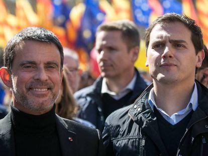 anuel Valls con Albert Rivera en una manifestación de Sociedad Civil Catalana, el 18 de marzo en Barcelona.
