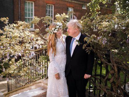 El primer ministro británico Boris Johnson y Carrie Symonds minutos después de su boda en los jardines de Downing Street, el sábado.