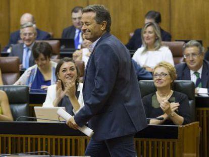 El portavoz de IU, José Antonio Castro, guiña el ojo a la bancada del Gobierno tras su intervención.