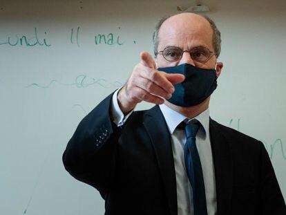 El ministro francés de Educación, Jean-Michel Blanquer visita una escuela el 11 de mayo, primer día del desconfinamiento en Francia.