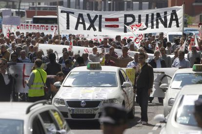 Protesta de taxistas en el paseo del Prado en abril de 2011.
