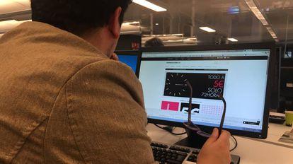 Un usuario busca productos en oferta en el portal de 'El Armario de la Tele'.