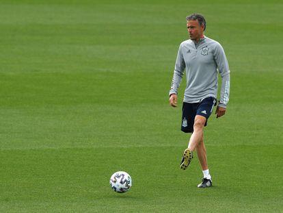 Luis Enrique dirige el entrenamiento de la selección española en Las Rozas este martes.