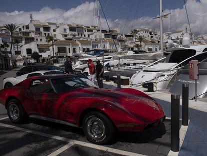 Yates y coches de lujo en Puerto Banús, en la localidad malagueña de Marbella.